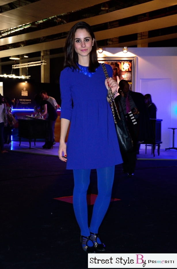 Como combinar un vestido azul con medias negras