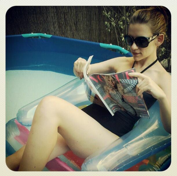 Yo derrochando estilo en mi antigua piscina desmontable