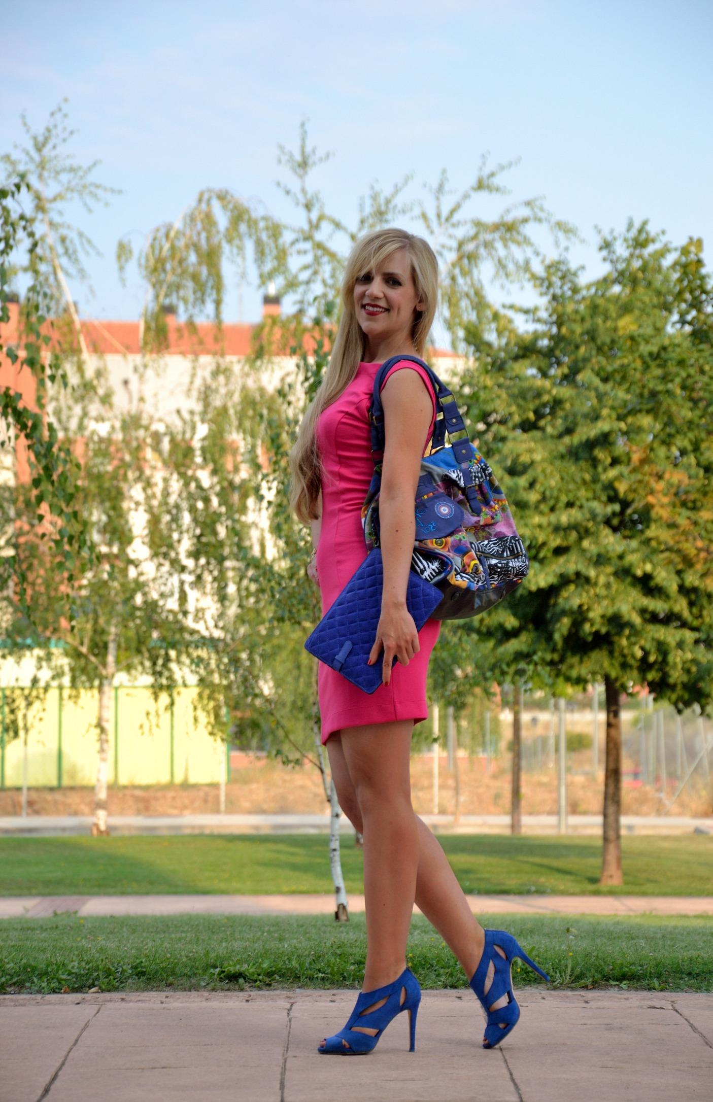 Vestido fucsia y zapatos azules