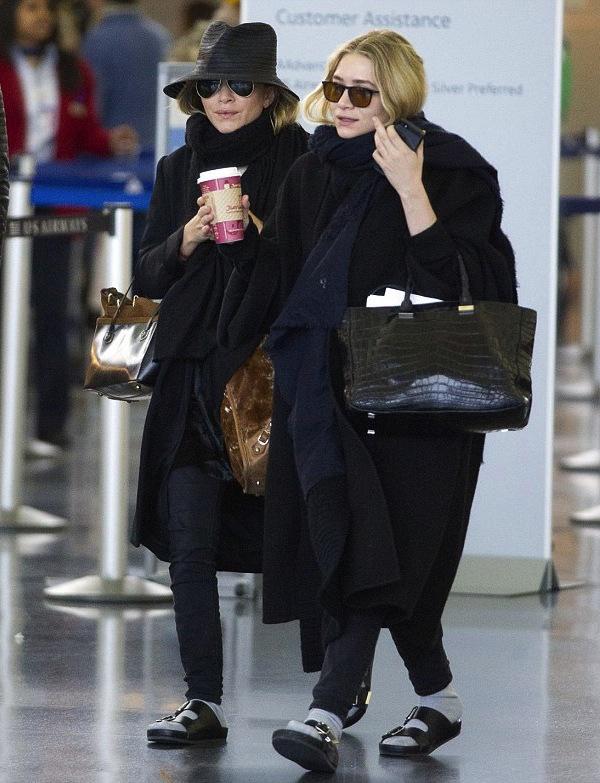 Las gemelas Olsen con sandalias horribles