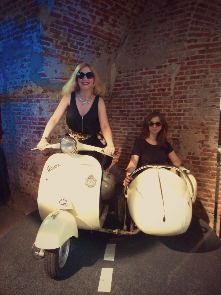 Un paseo en Vespa en Sunglass Hut House of Sun