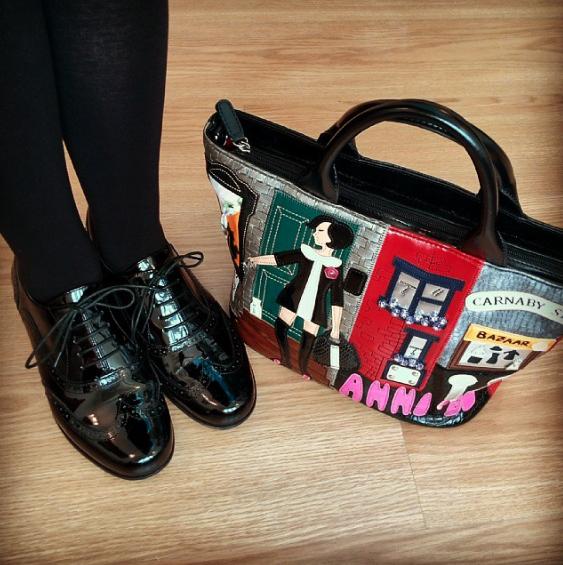 Zapatos Hamble Oak de charol negro de Clarks y bolso de Braccialini
