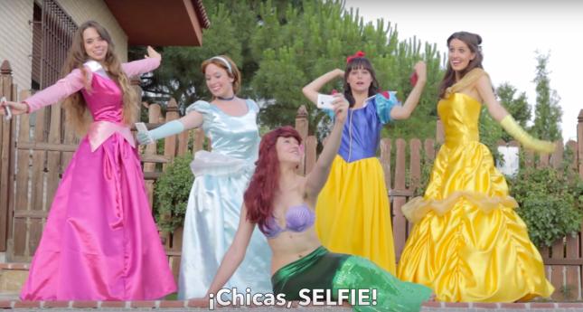 Princesas Disney enganchadas al móvil