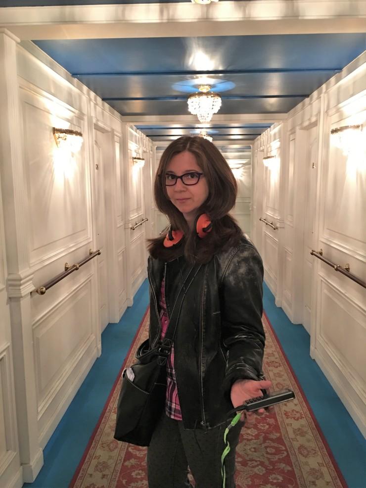 Azu entrando a primera clase en el Titanic