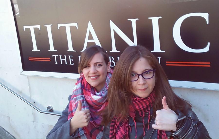 Azu y yo a punto de entrar a la exposición de Titanic