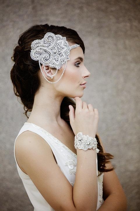 Peinados novias coleta lateral con tocado de pedrería
