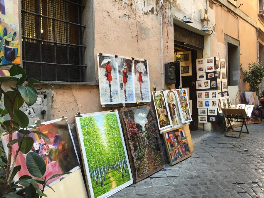 Vacaciones en Roma calleja con puestos de pintura
