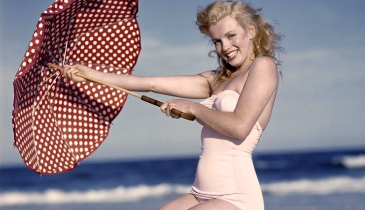 Marilyn Monroe sombrilla playa