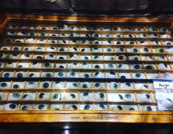 Caja con ojos de cristal en House of Marbles