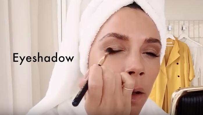 Victoria Beckham maquillándose para un tutorial de Vogue