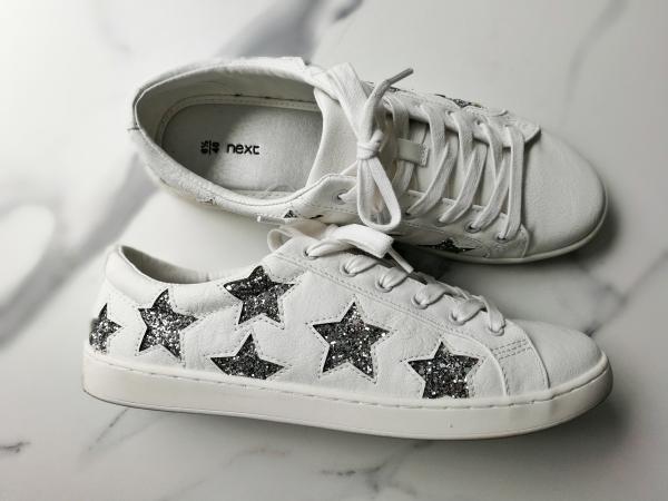 Sneakers blancas con estrellas de purpurina plateada de Next