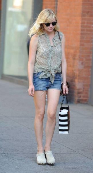 Kirsten Dunst con zuecos de madera