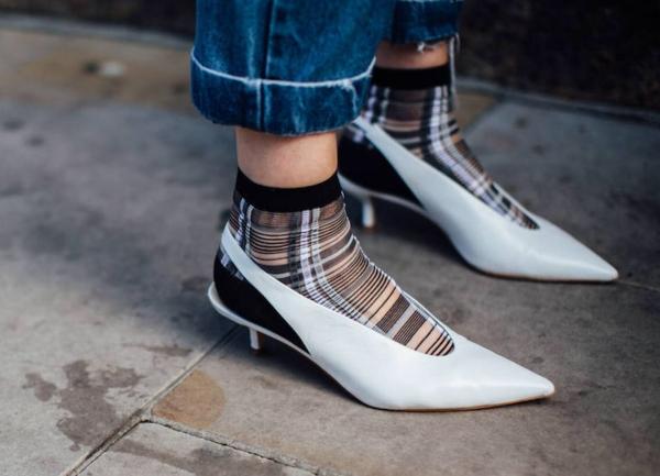Zapatos blancos destalonados con calcetines