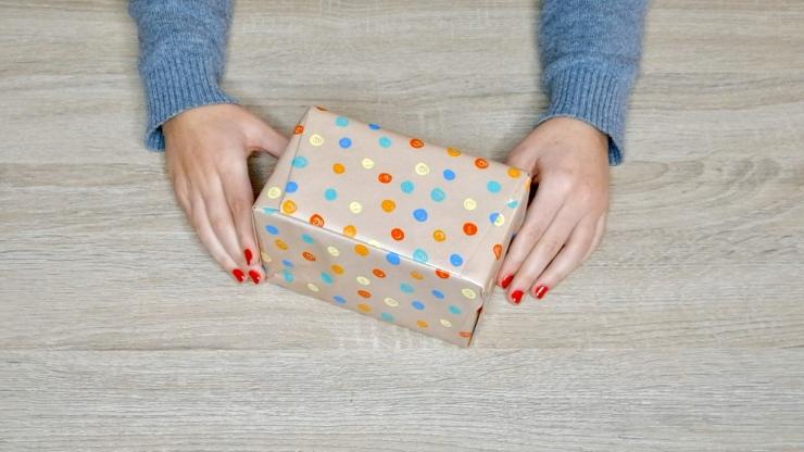 Truco para envolver regalos sin cinta adhesiva