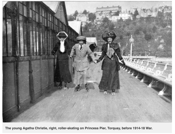 Agatha Christie patinando en el pier de Torquay