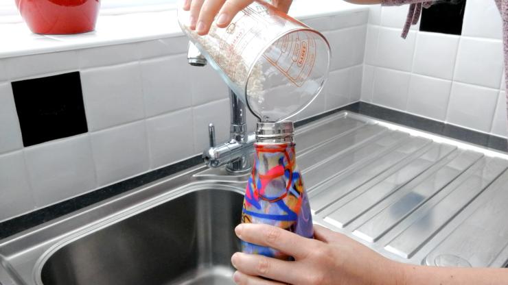 Truco para limpiar botellas metálicas reutilizables
