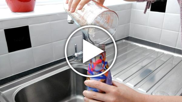 Ver en Cosmo - truco para evitar malos olores en botellas reutilizables