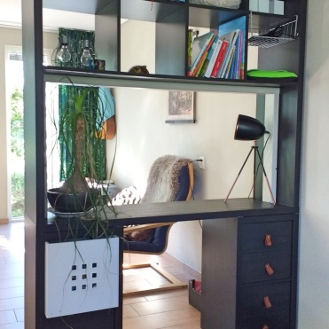 Estantería con escritorio para separar espacios en el salón